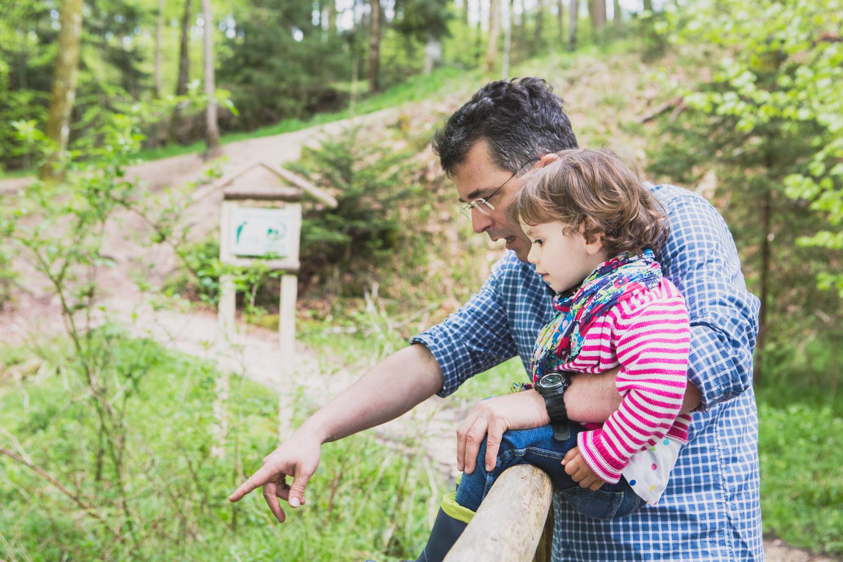 Vater und Kind im Wald