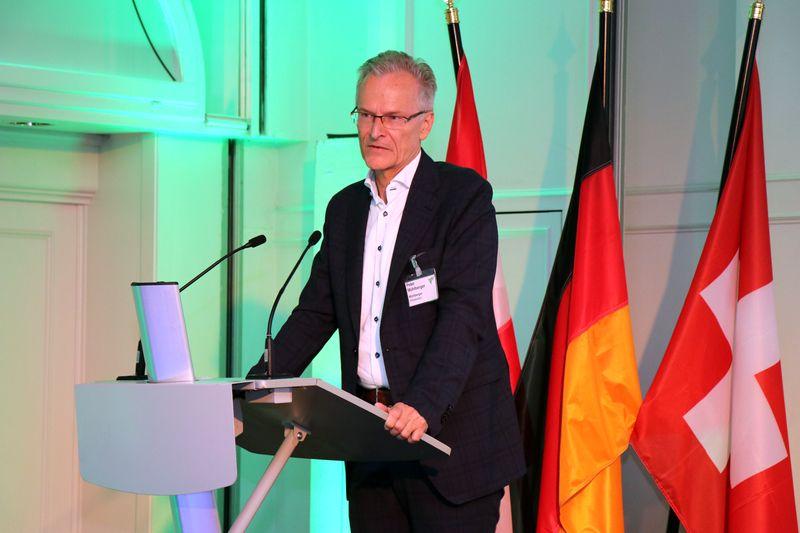 """VTH-Vorsitzender Peter Mühlberger stellt den neuen Claim """"Wir liefern Qualität"""" vor."""